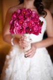 Rosafarbener Blumenstrauß der Brautholding Stockfotos