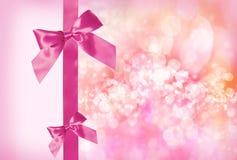 Rosafarbener Bogen und Farbband mit abstrakten Leuchten lizenzfreie abbildung