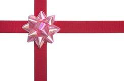 Rosafarbener Bogen und rotes Farbband getrennt auf weißem Backgrou Lizenzfreie Stockfotos