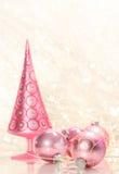 Rosafarbener Feiertagsbaum mit Kugeln Stockbild