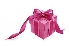Rosafarbener Geschenkkasten mit rosafarbenem Farbband auf Weiß Lizenzfreies Stockfoto