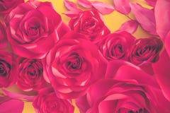 Rosafarbener Hintergrund des schönen Rotes Gemacht von den künstlichen Blumen lizenzfreie abbildung
