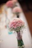 Rosafarbener Hochzeitsblumenstrauß lizenzfreie stockfotos