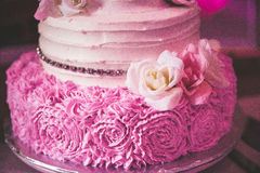 Rosafarbener Hochzeitskuchen des Rosas Stockbild