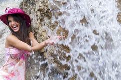 Rosafarbener Hut und Wasserfall Stockfoto