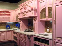Rosafarbener Kücheinnenraum Stockfoto