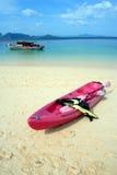 Rosafarbener Kajak auf dem Strand Stockbild