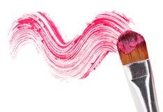 Rosafarbener Lippenstiftanschlag (Probe) mit Verfassungspinsel lizenzfreies stockfoto