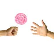 Rosafarbener Lutscher geben zu anderer Hand Lizenzfreie Stockfotos