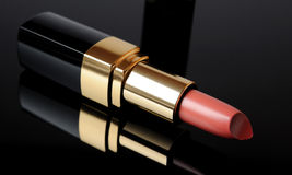 Rosafarbener Luxuxlippenstift auf schwarzem Hintergrund. Verfassung Lizenzfreie Stockfotografie