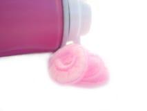 Rosafarbener Rasierschaum in einem Gefäß Stockfotografie