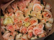 Rosafarbener Roseblumenstrauß Lizenzfreie Stockbilder