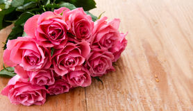 Rosafarbener Rosen-Blumenstrauß lizenzfreie stockbilder