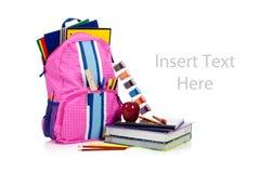 Rosafarbener Rucksack mit Schulezubehör mit Exemplarplatz Stockfotografie
