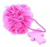Rosafarbener Schwamm mit einem Stück Seife Stockbild
