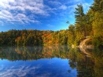 Rosafarbener See auf einem Herbstmorgen Lizenzfreies Stockfoto