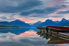 Rosafarbener Sonnenaufgang auf ruhigem Mountainsee Lizenzfreies Stockbild