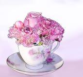 Rosafarbener Teacup-Blumenstrauß Stockbilder