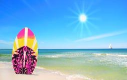 Rosafarbener und gelber Brandungvorstand am Strand lizenzfreies stockfoto