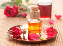 Rosafarbenes ätherisches Öl der Flaschen Stockfoto