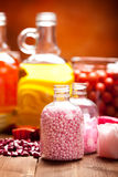 Rosafarbenes Badesalz und wesentliche Schmieröle Stockfotos