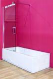 Rosafarbenes Badezimmer Stockfoto