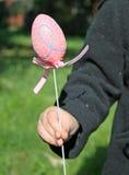 Rosafarbenes Ei, zum von Ostern zu feiern in der Hand angehalten Stockfotos