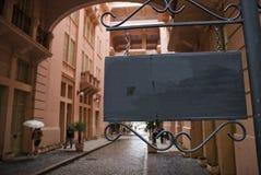 Rosafarbenes Gebäude-hölzernes Zeichen Lizenzfreies Stockfoto