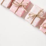 Rosafarbenes Geschenk auf weißem Hintergrund Lizenzfreie Stockbilder