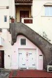 Rosafarbenes Haus und graue Treppe Stockfoto