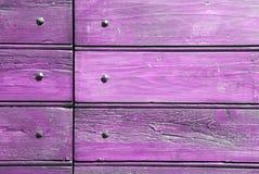 Rosafarbenes Holz und Nägel Stockfotos