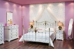 Rosafarbenes Schlafzimmer Stockfotografie