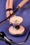 Rosafarbenes Stethoskop Lizenzfreie Stockbilder