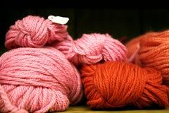 Rosafarbenes und rotes Garn lizenzfreie stockfotografie