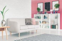 Rosafarbenes Wohnzimmer lizenzfreies stockbild