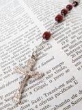 Rosaire au-dessus d'une bible Images stock