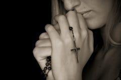 Rosaire dans des mains Image libre de droits