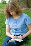 Rosaire de prière de femme Photos stock