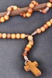 Rosaire en bois chrétien Images stock