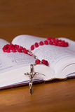 Rosaire et bible Photo libre de droits