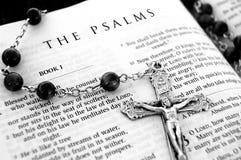 Rosaire et bible photographie stock