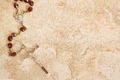 Rosaire sur la pierre Photographie stock