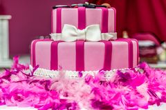 Rosakuchen Kuchen dekorativen Kuchens Kuchen des Parteikuchen Modekuchens weiblicher stockfoto