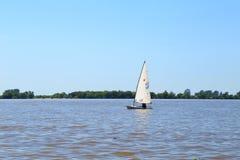 ROSARIO, ARGENTINA - 17 DE FEVEREIRO DE 2018: Um barco do aperfeiçoamento, categoria do laser no Parana River em uma manhã ensola Foto de Stock Royalty Free