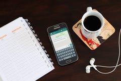 ROSARIO, ARGENTINIEN - 15. JANUAR 2018: Handy über der Tabelle mit whatsapp Anwendung auf dem Schirm Lizenzfreie Stockbilder