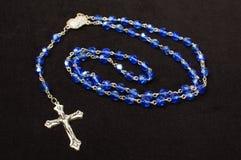 Rosario azul de las cuentas de cristal aislado en el fondo oscuro foto de archivo libre de regalías