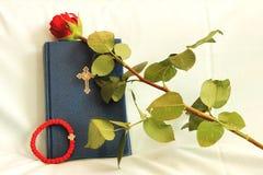 Rosario, biblia y rosas Fotos de archivo libres de regalías