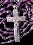 Rosario con los granos púrpuras Imágenes de archivo libres de regalías