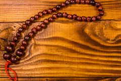 Rosario de Brown en la tabla de madera Visión superior Foto de archivo