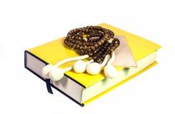 Rosario di legno della palla sul libro di buddismo Fotografia Stock